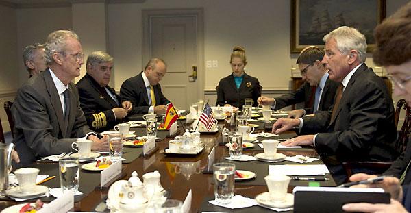 El ministro español de Defensa, Pedro Morenés (i), durante una reunión con el jefe del Pentágono, Chuck Hagel (d), en Washington DC (EE.UU.). / EFE