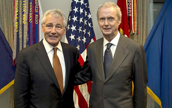 Pedro Morenés (d) junto a Chuck Hagel (i). / EFE