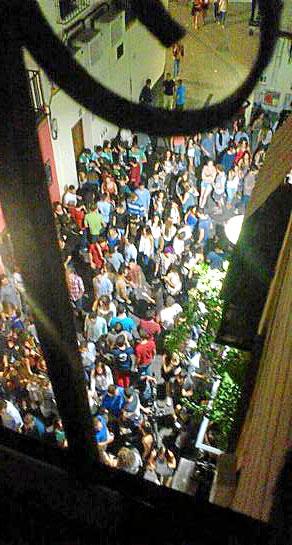 Imágenes de la Alfalfa de unas semanas con gente bebiendo en la calle. / El Correo