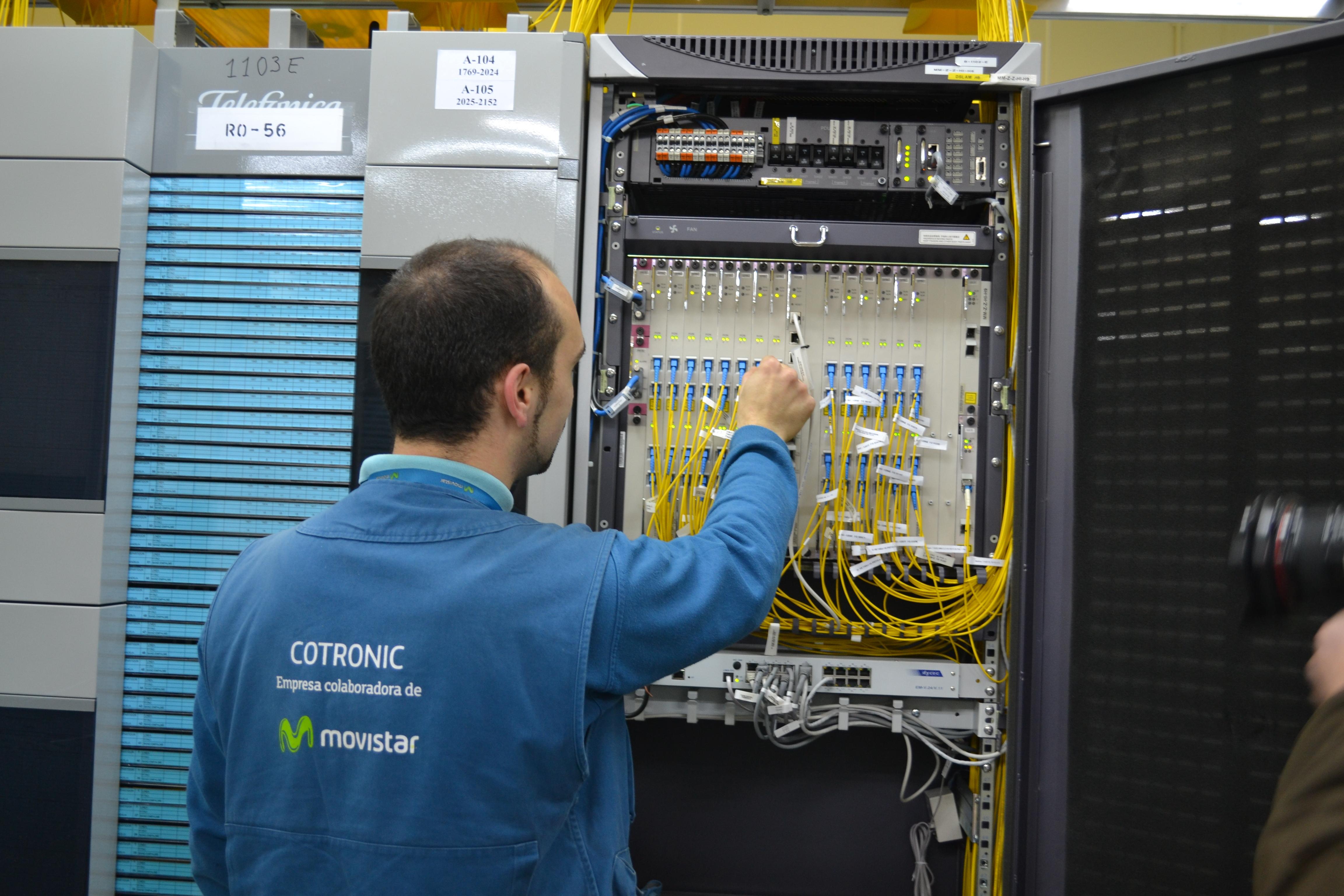Un operario realizando la instalación de fibra óptica de Movistar en un edificio. / EL CORREO