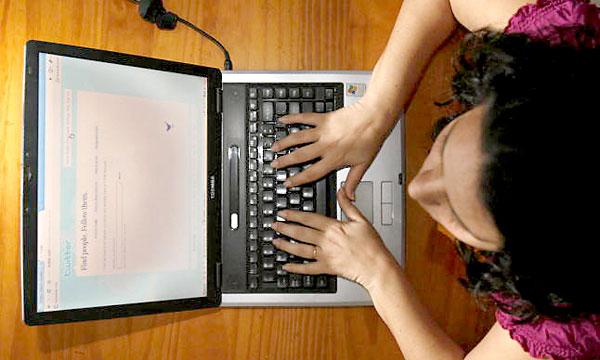 Una mujer con un ordenador. / EFE