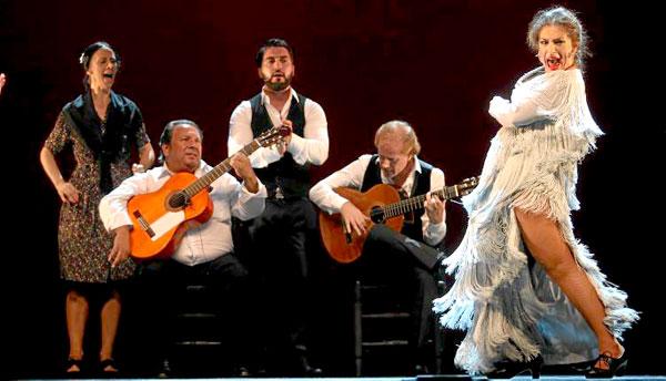 Una imagen tomada en el pase gráfico de por la tarde. La cara de Pastora Galván lo dice todo: tenía ganas de bailar ante su público de Sevilla. / El Correo