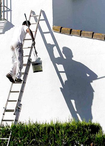 Pintando la fachada de su casa. / Rodríguez Aparicio