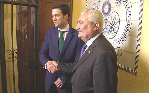 Lutgardo García, junto al presidente del Consejo de Hermandes y Cofradías, Carlos Bourrellier. / El Correo TV