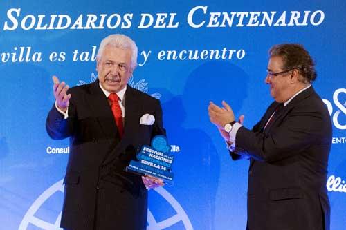 El presidente del Grupo Morera & Vallejo, Antonio Morera, recibe el saludo del alcalde, Juan Ignacio Zoido, tras recibir el premio. Foto: Pepo Herrera