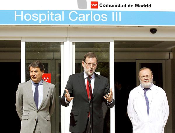 Rajoy en la entrada del Hospital Carlos III. / EFE