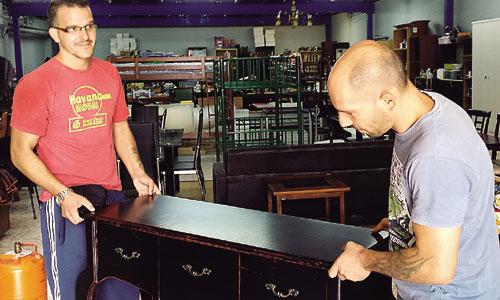 Un rastro que hace posible la labor social de remar sevilla - Centro reto madrid recogida muebles ...