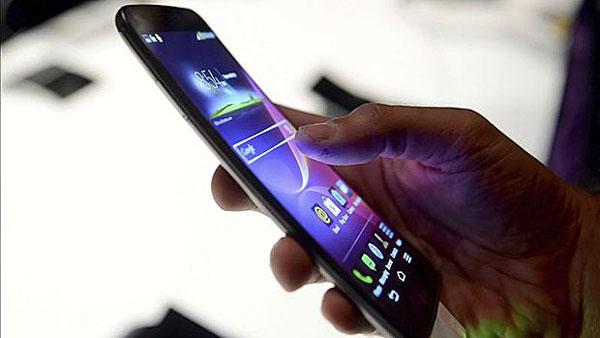 Un usuario con un smartphone 4G. / EFE