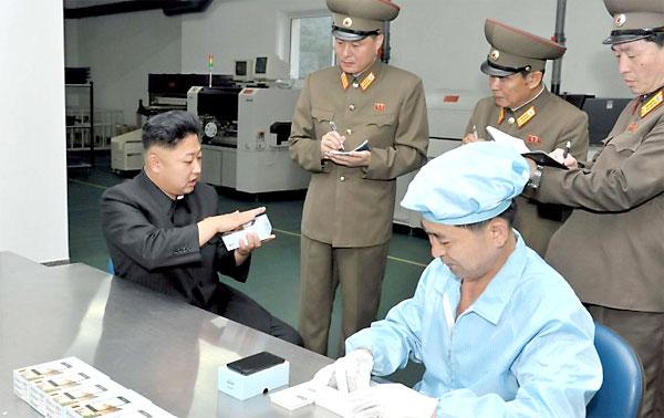 El líder norcoreano Kim Jong-Un visita una fábrica de smartphones. / El Correo