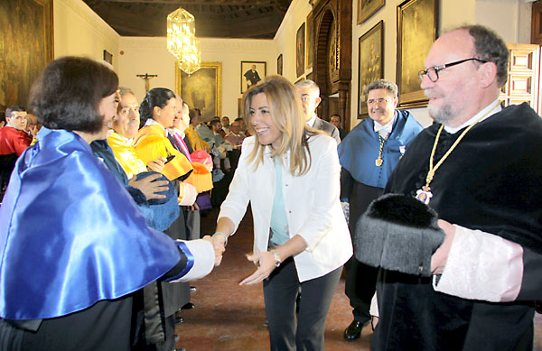 La presidenta de la Junta, Susana Díaz (c), junto al rector de la Universidad de Granada, Francisco González Lodeiro (d), saluda al resto de los rectores. / Pepe Torres (EFE)