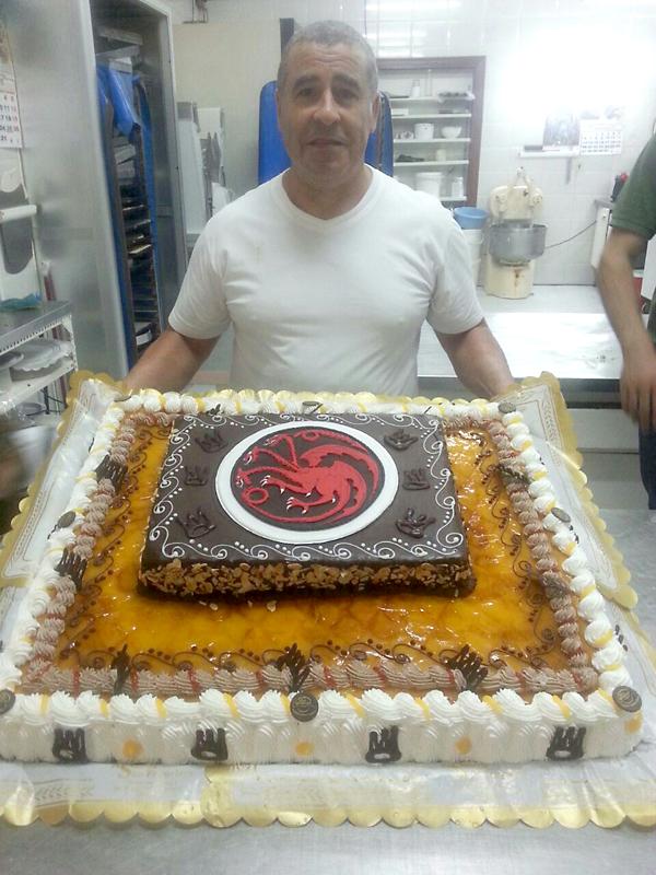 El maestro pastelero que ha hecho la tarta. / El Correo