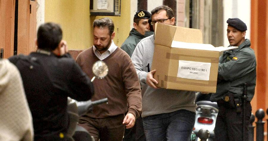 Un funcionario saca una caja de la sede de la UGT Andalucía en el registro de diciembre de 2013.