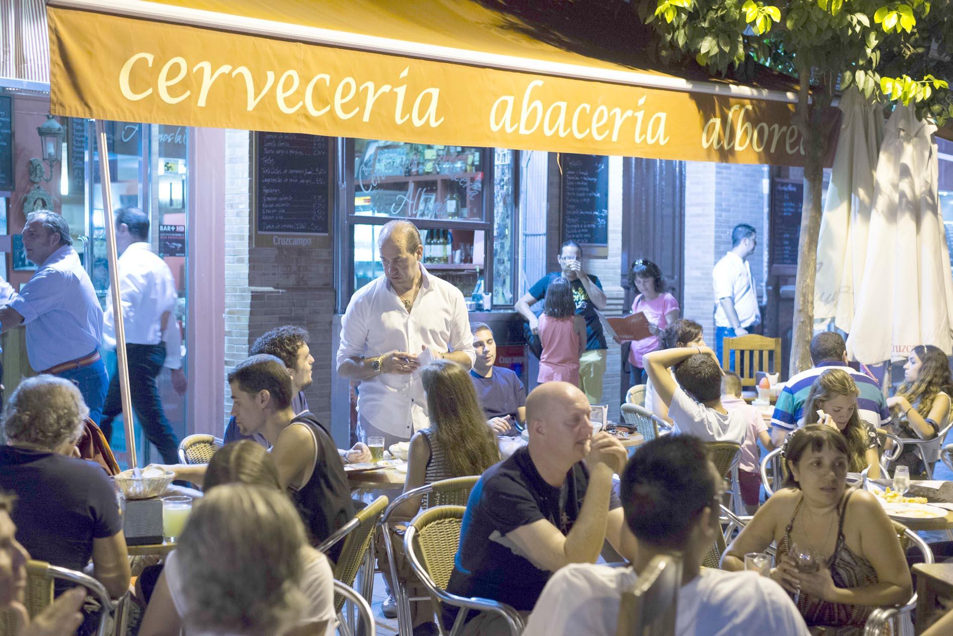En el sector de la hostelería se encuentran algunas de las empresas que negociarán su convenio en 2015. / J. M. Paisano