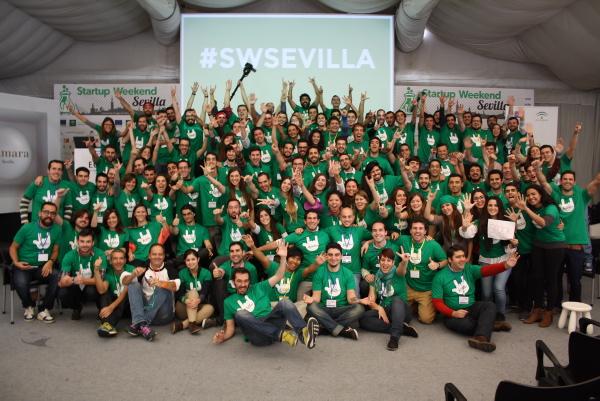 Foto de grupo de los participantes en 'Startup Weekend Sevilla' el pasado fin de semana. / Antonio Pérez