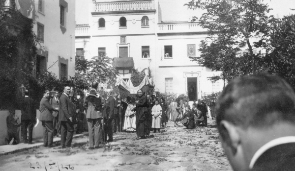 las procesiones eucarísticas por el barrio.