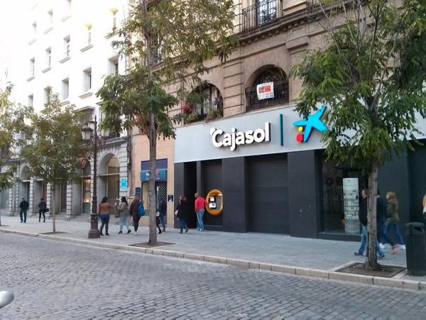Nueva oficina de Caixabank, con marca Cajasol, en la calle Laraña, que sustituye a la clausurada en los bajos del edificio de oficinas de Villasís. / ÁLVARO CEREGIDO