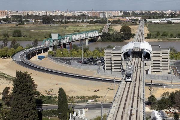 El Metro de Sevilla, en el momento de hacer parada en la estación que se encuentra en San Juan Bajo. / Paco Puentes