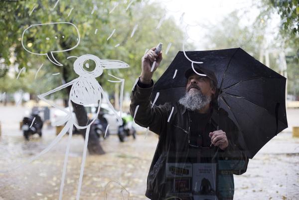 Max, un maestro de la viñeta y de la ilustración que parece capaz de dibujar incluso en el aire... Aunque se trata del escaparate de La Extravagante, en la Alameda. / Pepo Herrera
