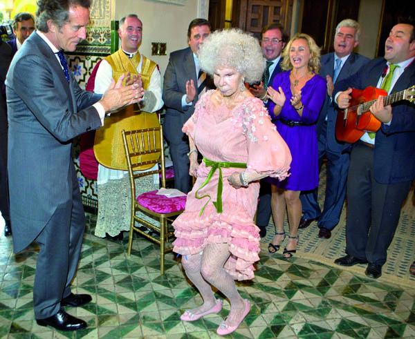 La duquesa de Alba, Cayetana Fitz-James Stuart, baila una sevillana con su ya marido Alfonso Díez Carabantes, tras la ceremonia celebrada hoy en la capilla del Palacio de las Dueñas en Sevilla. Octubre 2011.