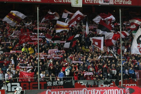 Aficionados del Sevilla durante un partido.