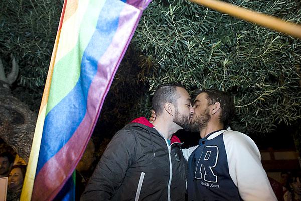 Una pareja se besa delante del Ayuntamiento. / Carlos Hernández