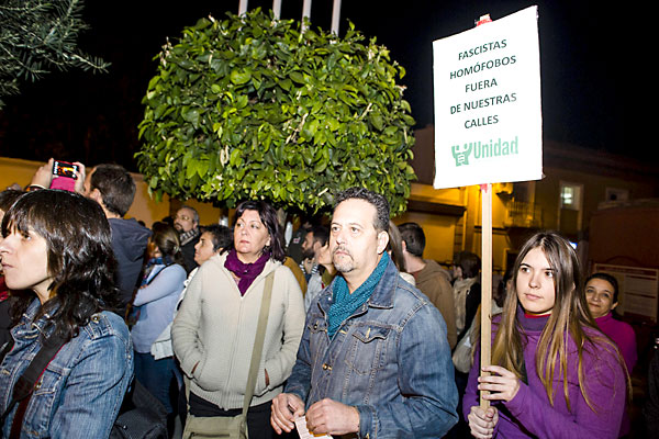 La concentración congregó a un elevado número de personas en las inmediaciones del Consistorio de Castilleja. / Carlos Hernández
