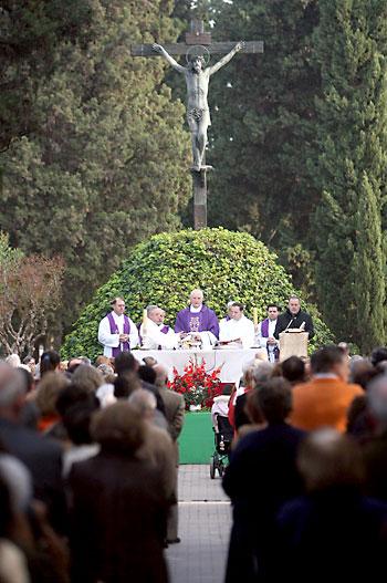 Imagen de archivo de la misa de los Difuntos ante el Cristo de las Mieles. / Javier Cuesta