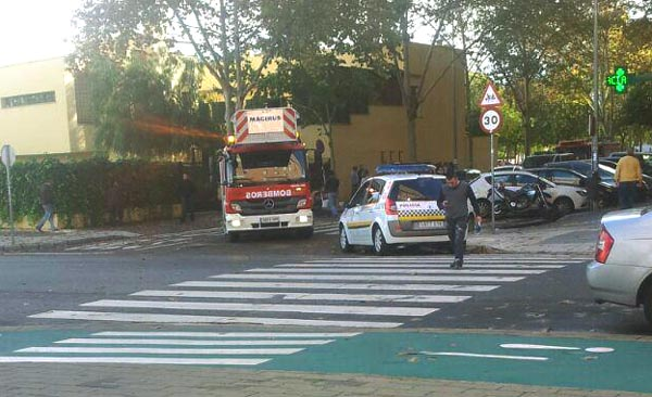 Despliegue de bomberos y Policía Local en Sevilla Este. / Imagen: @PAHSantBoi