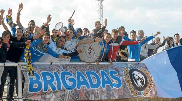 Las 'Brigadas Azules' posan durante un partido del Écija. / Manuel Gómez