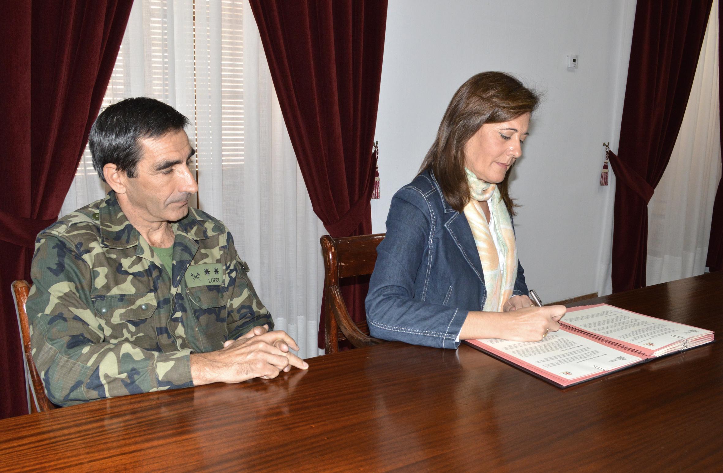 La alcaldesa de Osuna, Rosario Andújar, firmó ayer el convenio de cesión junto al teniente coronel Juan Manuel López.