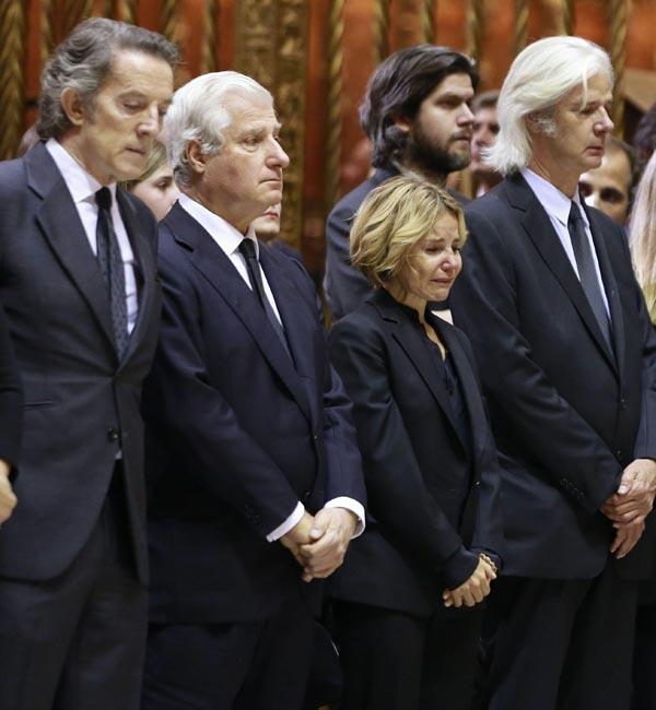 Alfonso Díez (i), marido de Cayetana Fitz-James Stuart, duquesa de Alba, fallecida ayer a los 88 años, y los hijos de la duquesa durante el funeral celebrado en la catedral hispalense presidido por el arzobispo emérito de Sevilla, cardenal Carlos Amigo Vallejo. EFE/ZIPI