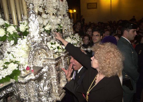 La duquesa ante el paso de la Virgen de las Angustias de Los Gitanos en la Semana Santa de 2003.