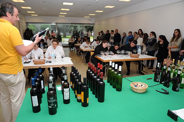 La muestra también organiza una cata a ciegas para dar a conocer los vinos.