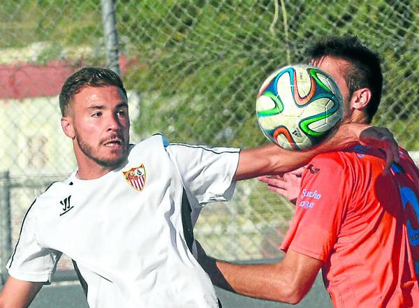 El sevillista Lobo disputa un balón contra el San Fernando / Foto:  Manuel Gómez