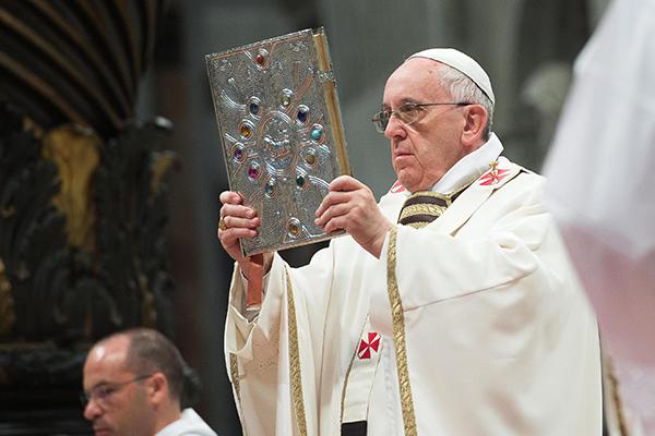 Si el Papa Francisco lo pide, la hermandad «estudiaría» enviar la Virgen. / EFE