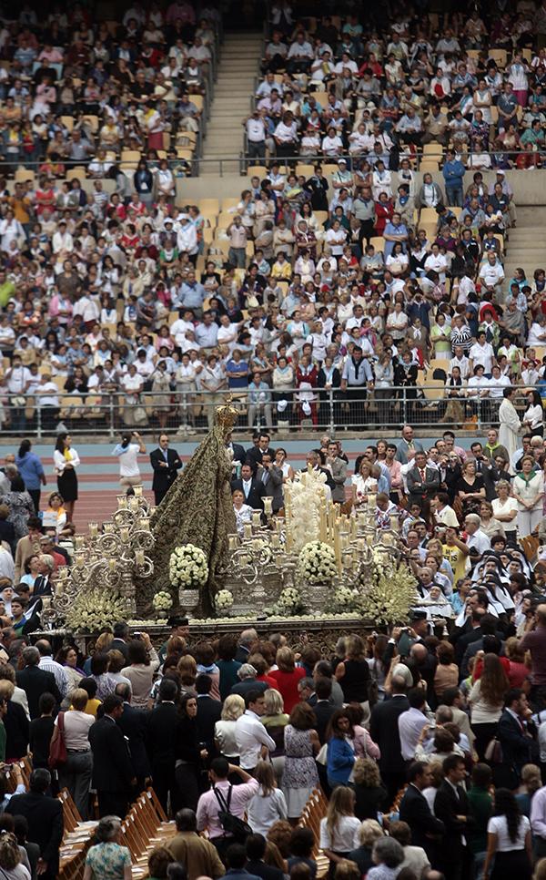 La Esperanza Macarena estuvo en 2010 en el Estadio Olímpico para la beatificación de la Madre María de Purísima. / Javier Díaz