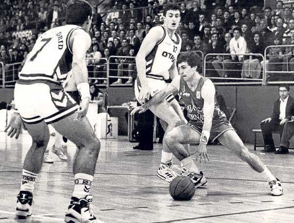 Toñín Llorente bota el balón ante la defensa de Chechu Biriukov y Pep Cargol.