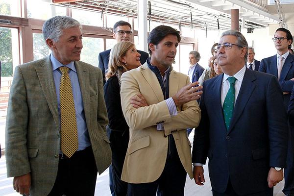 Fran Rivera explica al alcalde cómo quedarán los nuevos bares. / El Correo