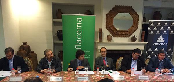 Ricardo López (AFCA), Francisco López Mejías (CCOO), Fernando Martínez (Junta), Feliciano González, Manuel Jiménez (UGT) y Manuel Parejo, gerente de Flacema. / EL CORREO