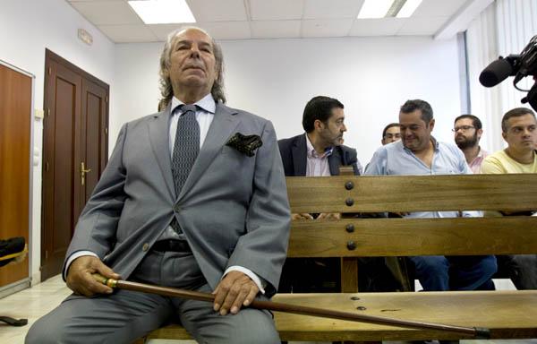 El torero retirado Rafael de Paula, sentado en el banquillo de la Audiencia Provincial de Jerez, donde hoy se ha celebrado el juicio por proferir amenazas e intentar agredir a su abogado, hechos por los que fue detenido el pasado 30 de octubre.