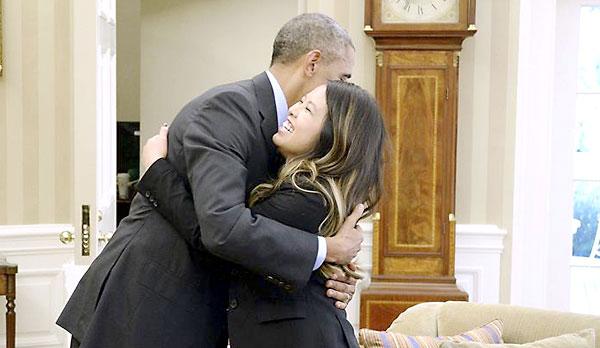 El presidente estadounidense Barack Obama (i) da un abrazo a la enfermera Nina Pham durante una recepción en la Casa Blanca. / EFE