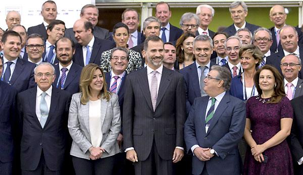 El rey Felipe VI (c), la presidenta andaluza Susana Díaz (2i), el alcalde de Sevilla Juan Ignacio Zoido (2d) y el presidente de CEDE Isidro Fainé (i), posan con los directivos participantes en la clausura del congreso anual de la Confederación Española de Directivos y Ejecutivos (CEDE) en Sevilla. / EFE