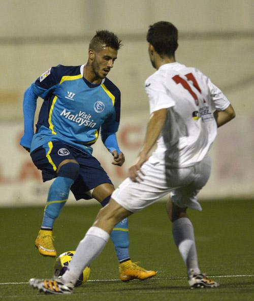 El luso Diogo encarando a un jugador rival. / Manuel Gómez.