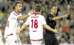 Juan Cala protesta por el gol que le anuló Muñiz la pasada campaña. / Alejandro García (EFE)