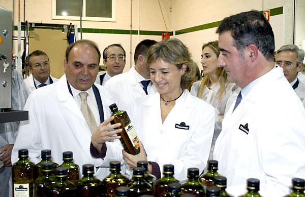 Isabel García Tejerina (c) durante su visita a la sociedad cooperativa Oleoestepa en Estepa. / EFE