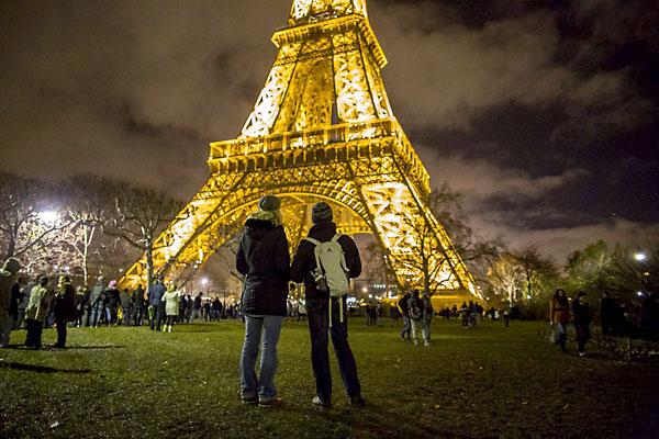 Imagen nocturna de la Torre Eiffel, en París. / EFE