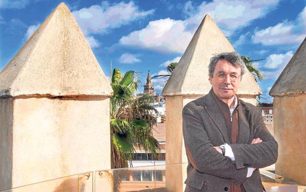 Andrés Trapiello ayer en la Torre del Oro, el escenario elegido de manera muy apropiada para presentar su última novela. / Imma Flores