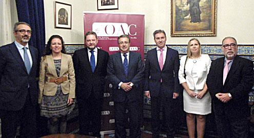 El alcalde de Sevilla acompañó ayer al presidente del Colegio de Administradores de Fincas en la presentación. / EL CORREO
