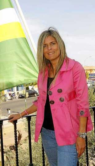 La alcaldesa de Bormujos, Ana Hermoso, en el balcón del Ayuntamiento. / j.m. paisano