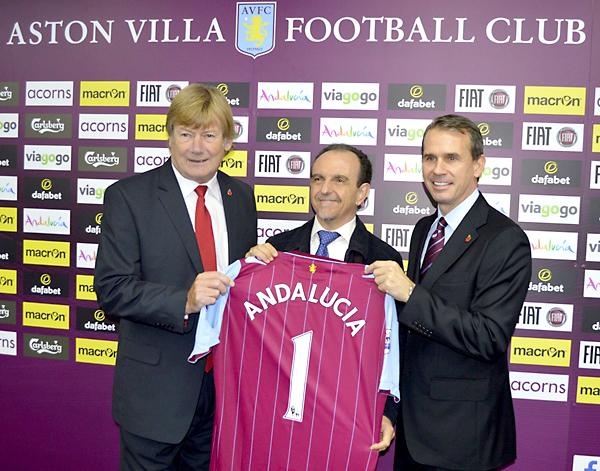 Andalucía, de promoción en la Premier League. (De izq a dcha) El ex jugador del Aston Villa; Ken McNaugh, el consejero de Turismo y Comercio, Rafael Rodríguez; y el consejero delegado del Aston Villa, Tom Fox. / EFE